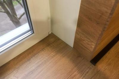 подоконник из дерева под цвет кухни