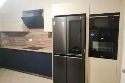 встроенные колонны, большой холодильник в кухне